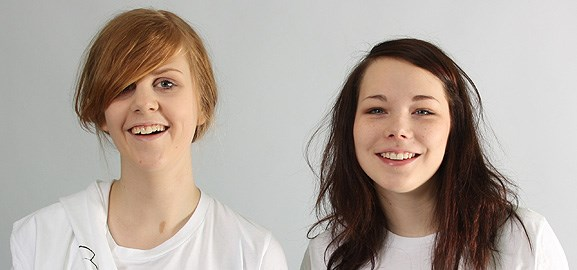 För gymnasietjejerna Agnes Moström och Rosanna Rosenqvist är det självklart att använda internet för att lansera sitt företag Artee som de startat inom tävlingen Ung företagsamhet.
