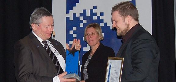 Harry van der Veen, stolt grundare av NUITEQ, tar emot Stora MerIT-priset från Leif Häggmark, som assisteras av Annica Bergman.