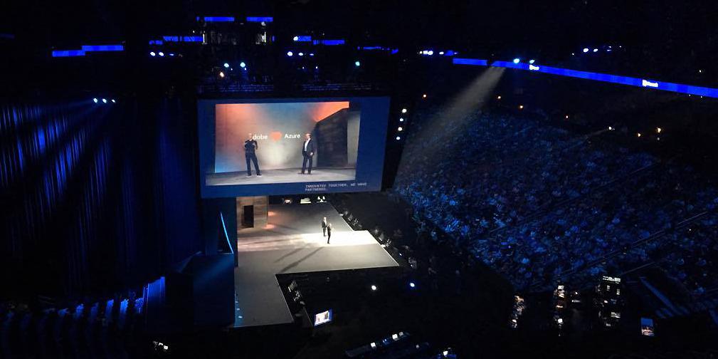 Satya Nadella, vd för Microsoft, i samtal med Adobes vd Shantanu Narayen vid invigningen av Microsoft Ignite 2016.