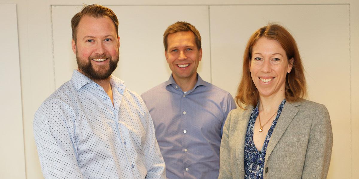Grundarna Rickard Lönneborg, vd, och Johanna Björklund, teknikchef, på bilden tillsammans med Niklas Jansson, delägare i Codemill.