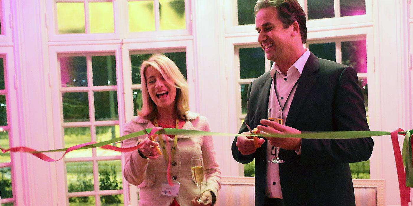 Anette Novak, vd för Rise Interactive, och John Rune Nielse, RISE Vice President och Head of Business Development, klipper invigningsbandet för nya lokalerna i Umeå.