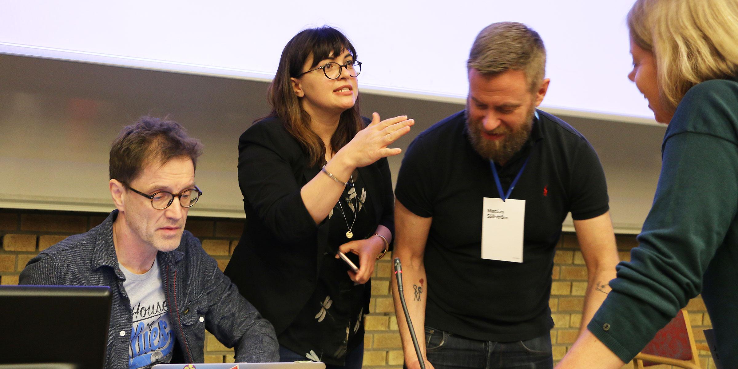 Febril verksamhet in i det sista för att få robotarna uppkopplade mot wifi-nätet. Thomas Hellström och Suna Bensch från Institutionen för datavetenskap tillsammans med Mattias Sällström och Jenny Höglund Svensson, Omegapoint, förbereder.