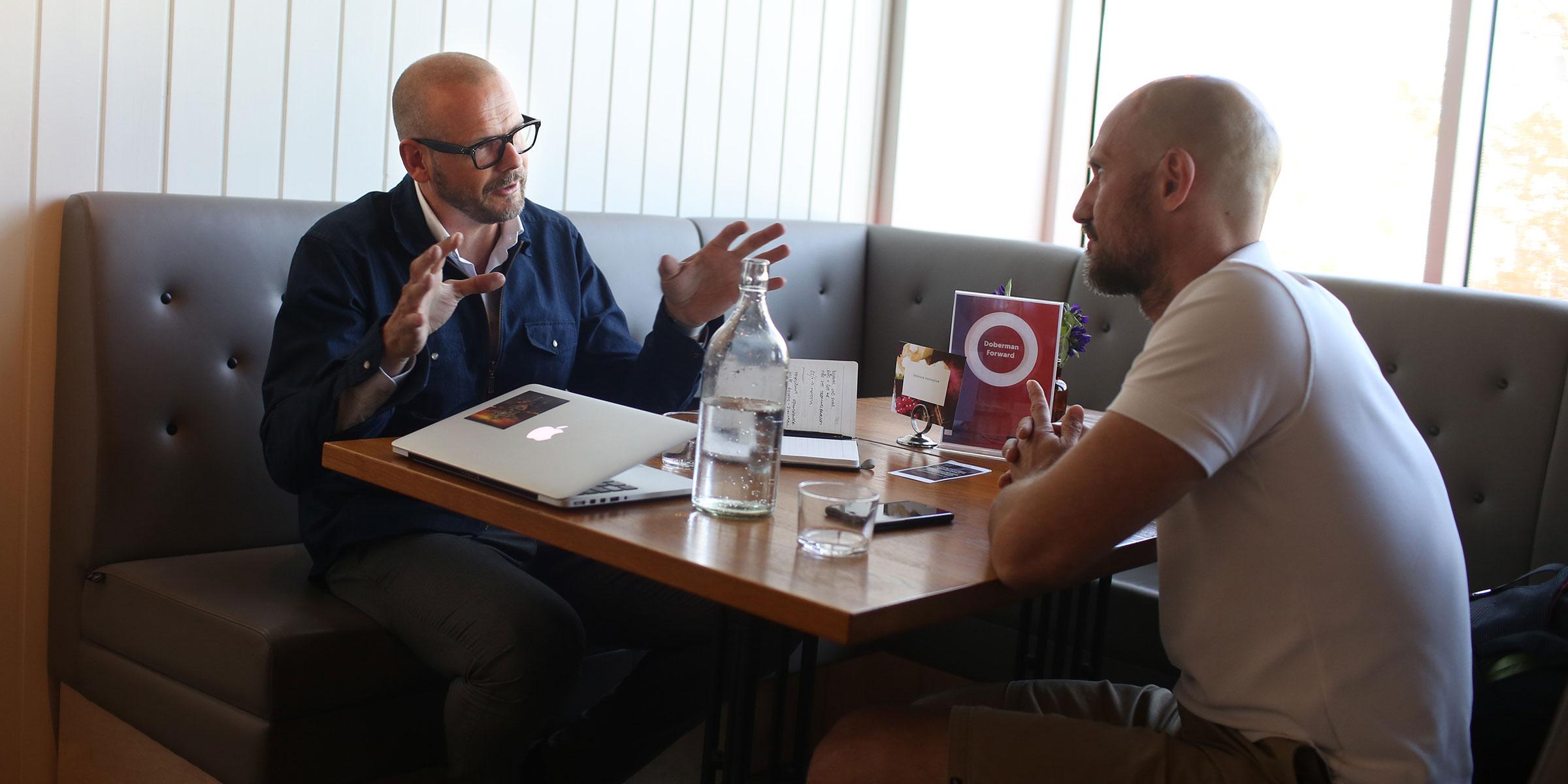 Magnus Bergmark, investerare från Doberman Forward, träffar Mikael Östberg från startupbolaget Memotus.