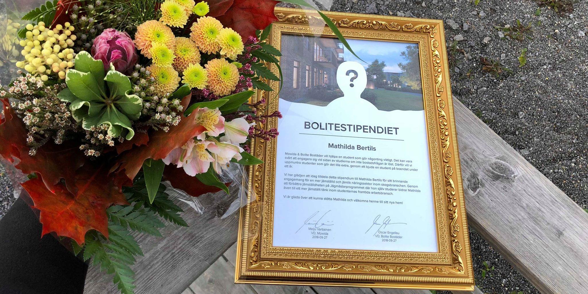 Blommor och diplom till Mathilda Bertils som bevis för det Bolitestipendium hon får av Mowida och Bolite.