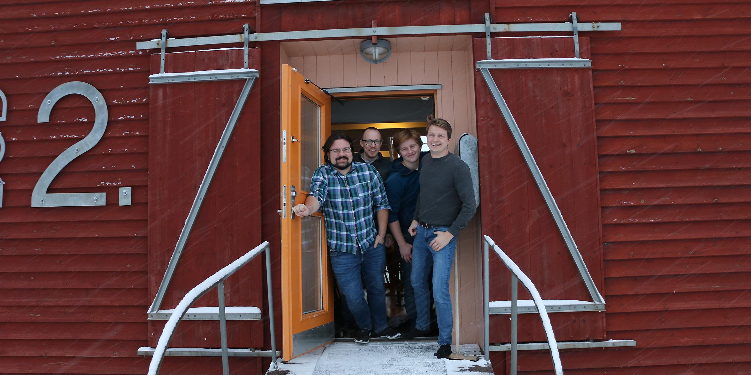 Andreas Lind, till höger, i dörren till Skillsters kontor i Umeå, tillsammans med några av medarbetarna.