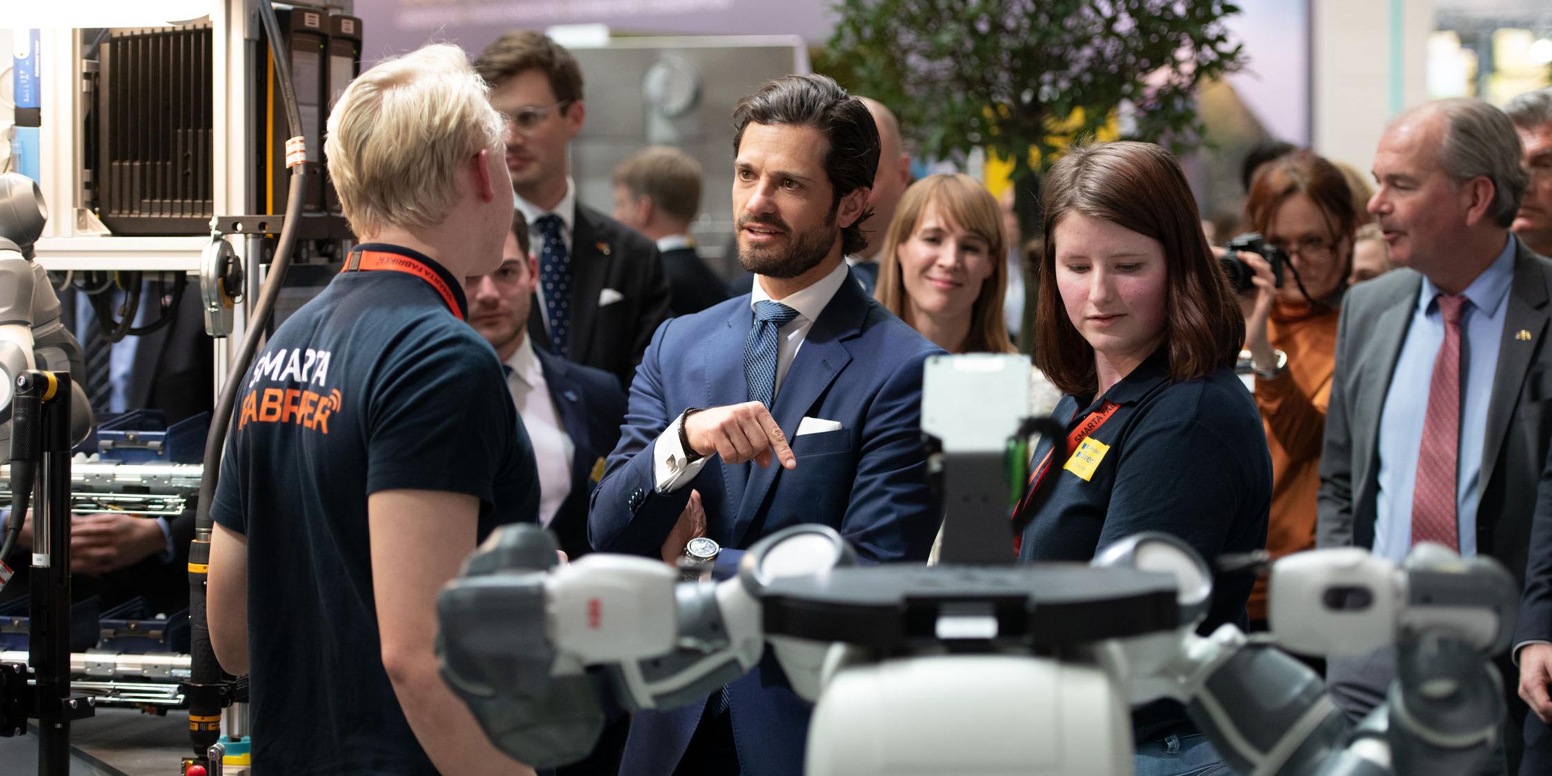 Prins Carl Philip deltog också under mässan, bland annat med ett besök på Volkswagen där även Erik Häggström och ett flertal andra startups deltog. Bilden är från en rundvandring på Hannovermässan med prins Carl Philip.