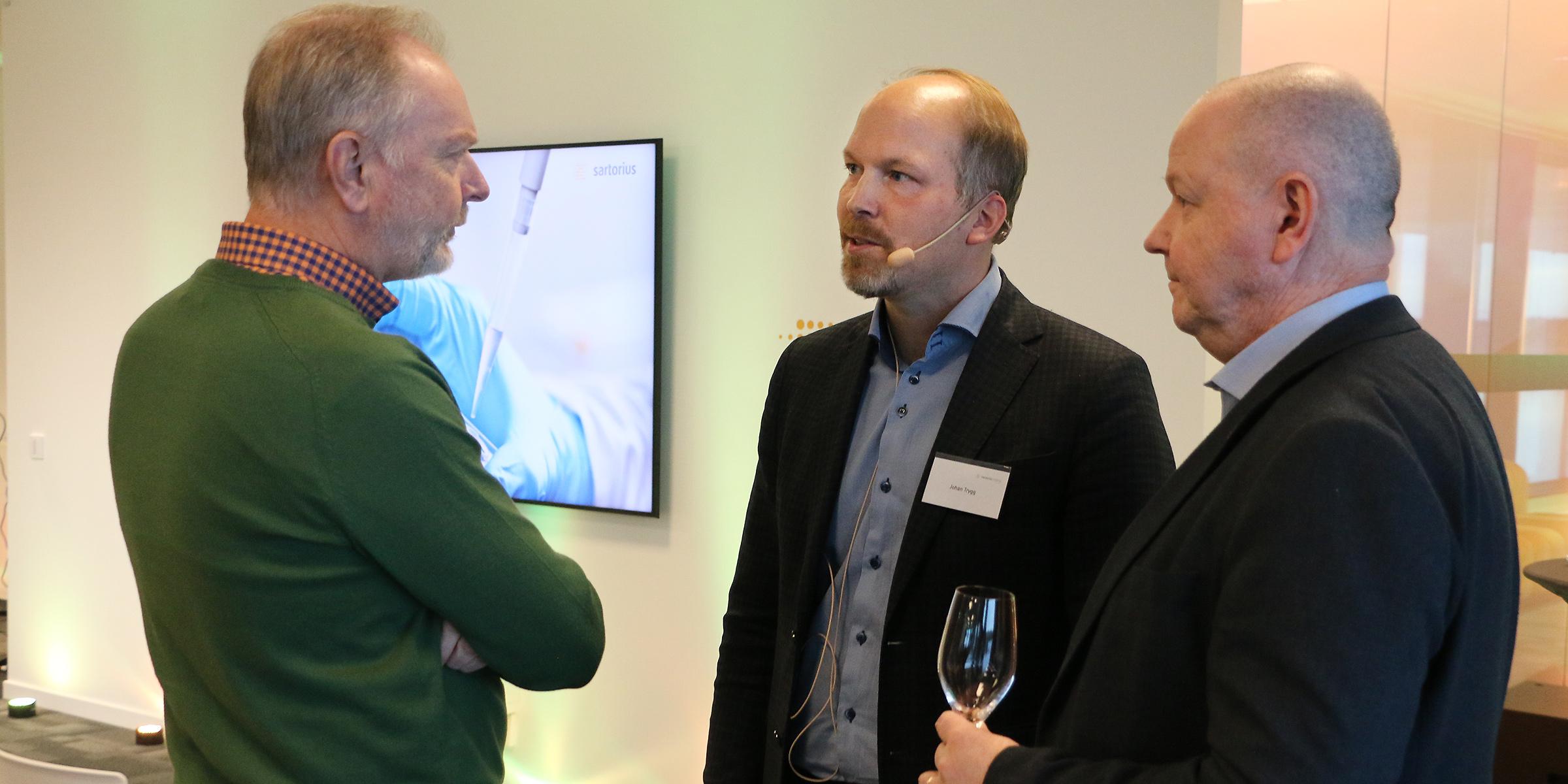 Lars Stenlund, vd för Vitec och ledamot av Umeå universitets styrelse, i samtal med Johan Trygg, forskningschef Sartorius, och Hans Adolfsson, rektor Umeå universitet.
