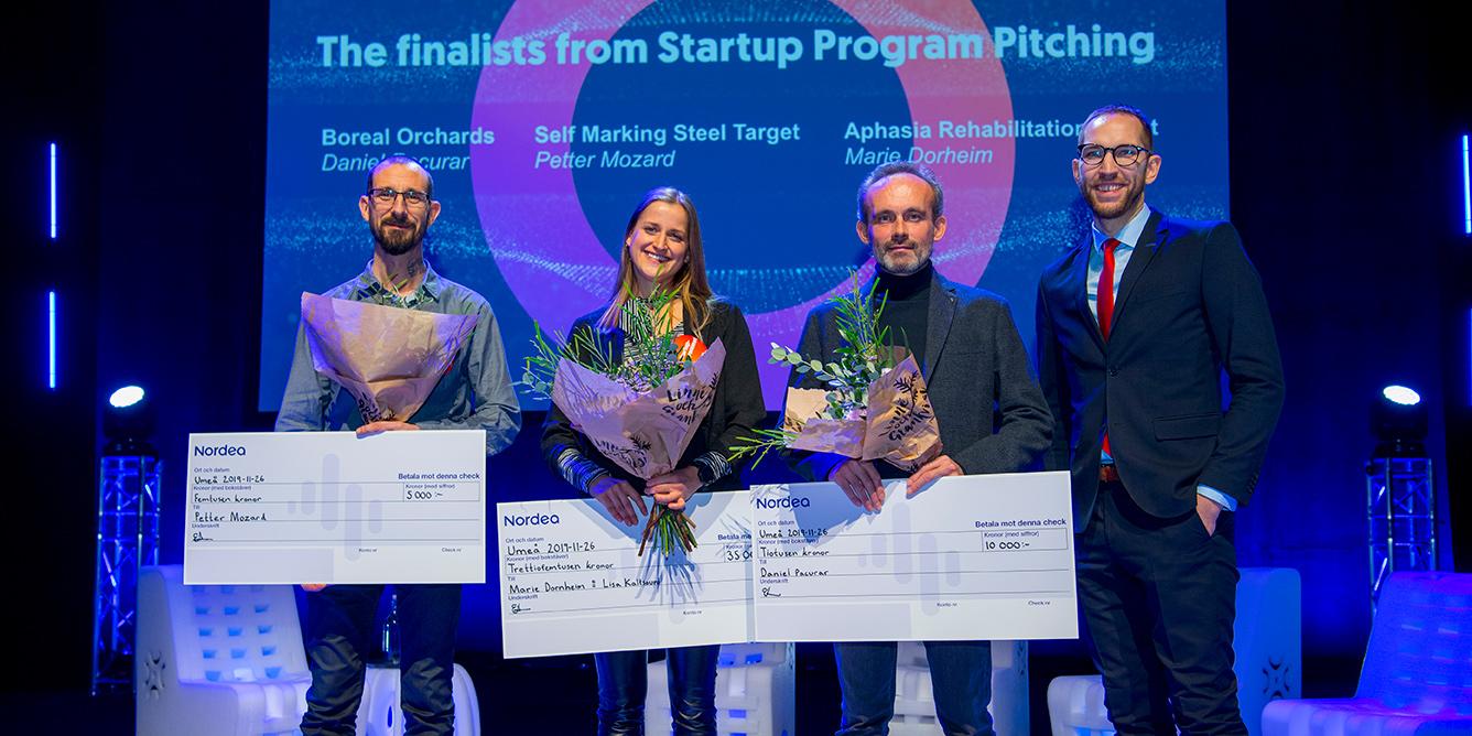 De tre finalisterna får stipendium av Erik Lindberg, Nordea. Från vänster Peter Mozard, Marie Dorheim och Daniel Pacurar.