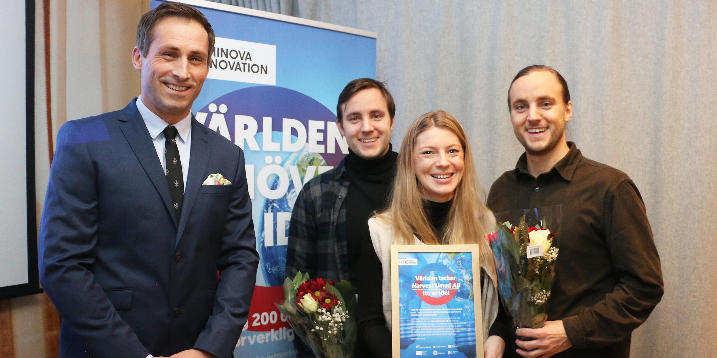 Från vänster Johan Hedengran, affärsutvecklare Uminova Innovation, tillsammans med vinnarna Tobias Remes, Ellen Bergström och Daniel Remes.