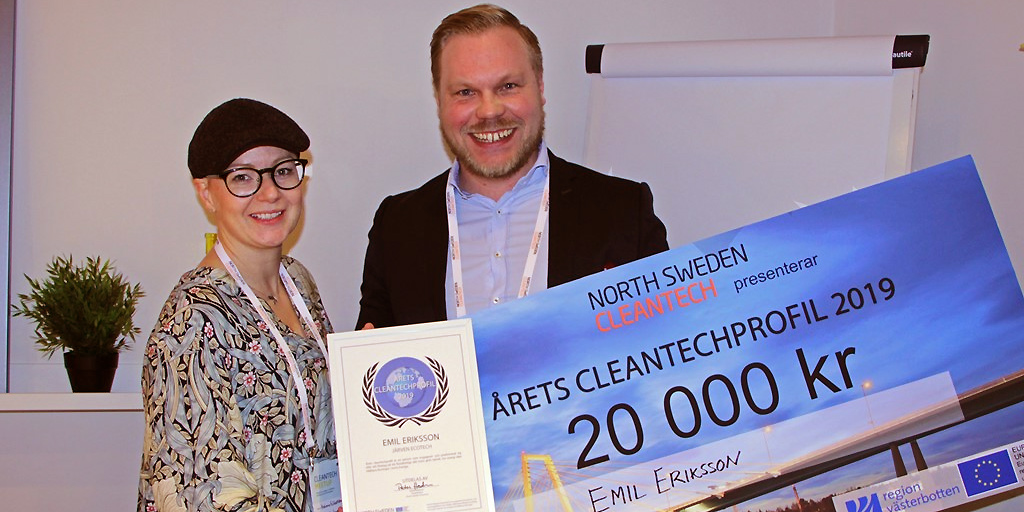 Emil Eriksson, Järven Ecotech tar emot priset som Årets Cleantechprofil 2019 av Helena Näsström, North Sweden Cleantech.