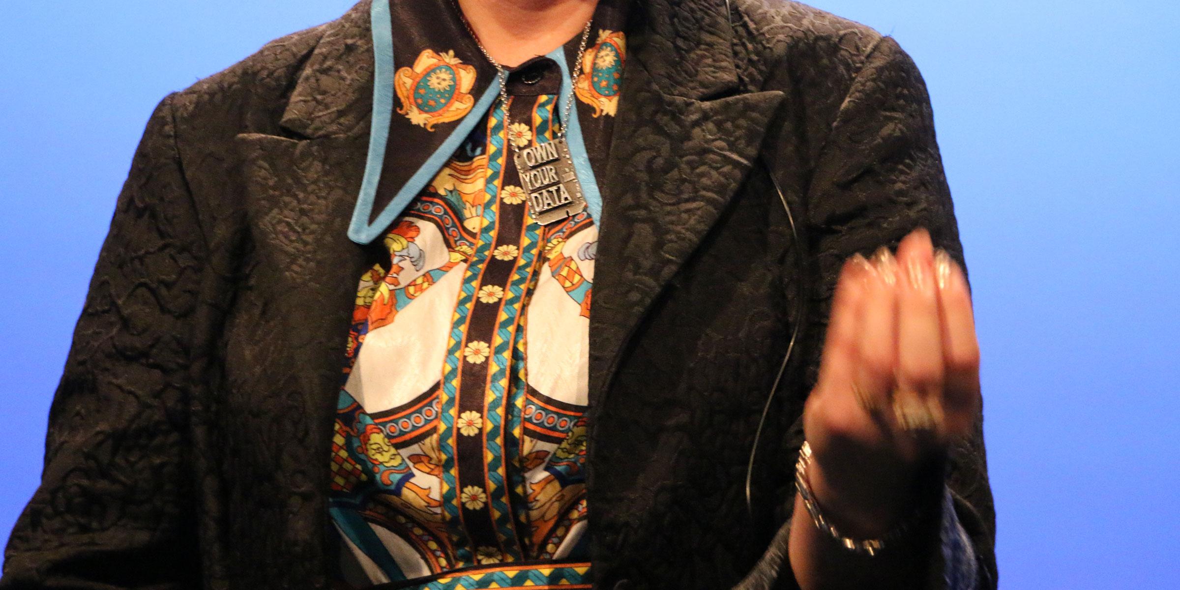"Brittany Kaisers halsband signalerar tydligt hennes nuvarande uppgift, ""Own your data""."
